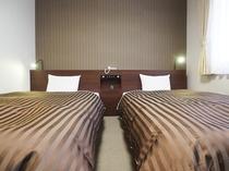 【ツインルーム】モノトーンを基調とした淑やかな客室。趣きある奈良の地で、落ち着いた休日を。