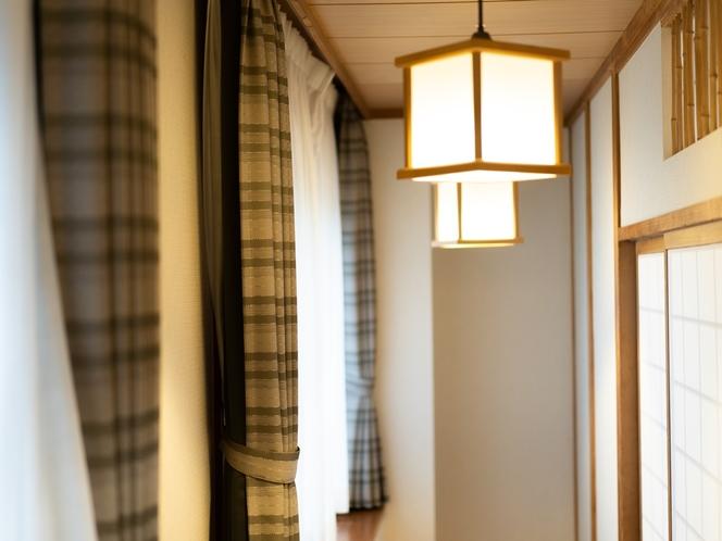 【和室】広く落ち着いた和室では、どこか懐かしい雰囲気に抱かれて、今夜はぐっすりとよい眠りにつけそう。