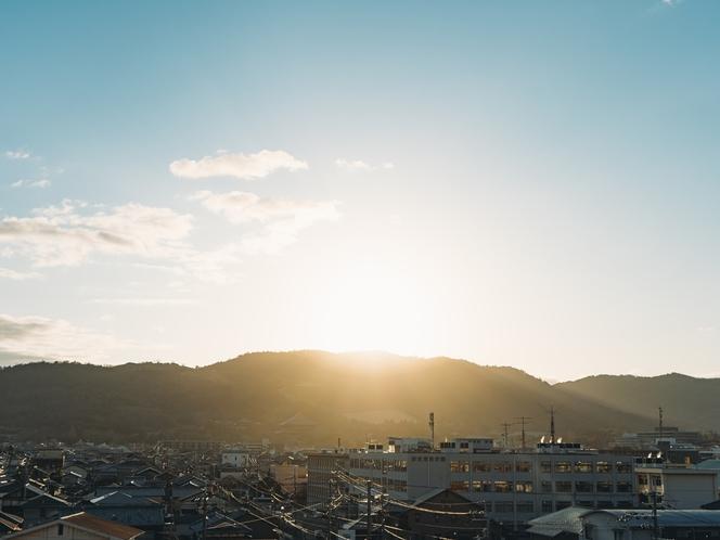 屋上からの美しい奈良の景色。若草山の向こうにのぼる素敵な朝日を独り占め。贅沢な時間をどうぞ♪