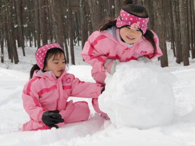 雪遊びを楽しむ幼児