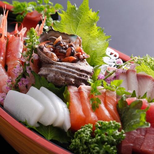 新鮮な魚介類が豊富に盛られる舟盛/例