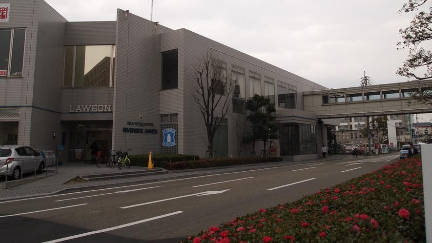 渡り廊下でローソンへ♪徳島土産も少しご用意しております。