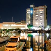 ◇ヨットハーバーから見たホテル外観(夜)◇