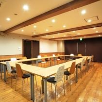 1F会議室(ロの字・有料)ミーティング等で。ご利用は事前にお問い合わせくださいませ。