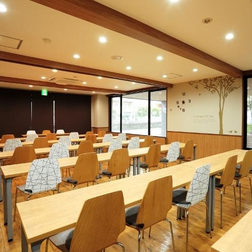 1F会議室(スクール形式・有料)研修等で。ご利用は事前にお問い合わせくださいませ。