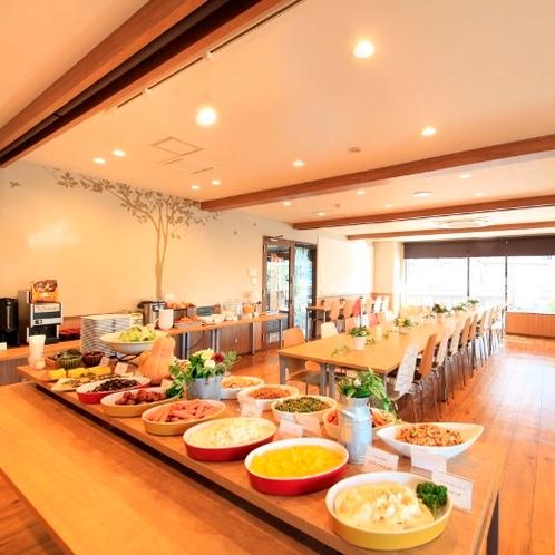 光が差し込む明るい朝食会場です。朝食は和洋食のブッフェスタイルです。