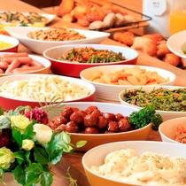朝食は常時40種類以上の和洋食ブッフェスタイルです。