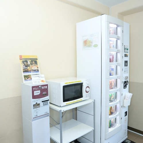 5F 自販機コーナー カップ麺・パンの自販機、電子レンジとVOD券売機がございます