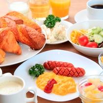 洋食も豊富。自慢のパンとともにスープやコーヒーを(朝食営業時間 6:30~9:30)