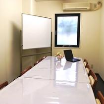 2F小会議室(有料)。少人数のミーティング等で。ご利用は事前にお問い合わせくださいませ。