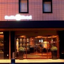 ホテル エントランス 周辺には飲食店多数。コンビニ1分。