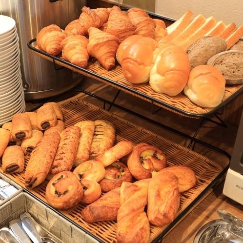 パン派に大好評!毎朝、ホテルで焼きたてのパンも♪定番からクリームやチョコ入りまで種類が豊富です!
