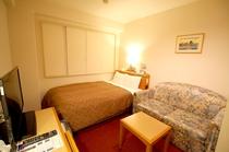 ソファーつきダブルルーム■ベッド幅135cmの広々タイプ・シモンズベッド