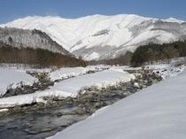 平川と八方の山々