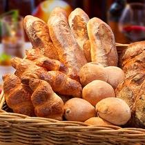 朝食には自家製焼きたてパンを