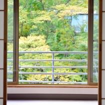 *【川側】和室10畳+広縁4畳(バス・トイレ付)窓からは眩しい緑と心地よい清流の瀬音