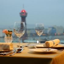 全席窓側の展望レストランで、360度の夜景を見ながら少し贅沢なひと時を