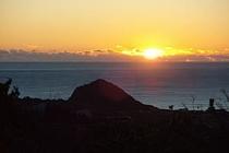 水平線〜昇る日の出は壮観(10月〜2月/デッキよりズーム写真・初日の出は真正面〜)