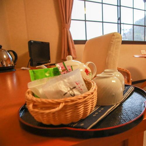 お部屋にはお茶受けに地元の梅を使ったお菓子と、お茶をご用意しています。