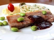 信州牛ステーキブラックベリーのソース、畑の枝豆添え。