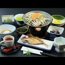 干物や卵料理、自家菜園野菜を使った手作り和朝食です。