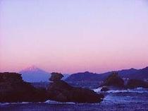 海岸より岩の向こうに富士山を眺めます