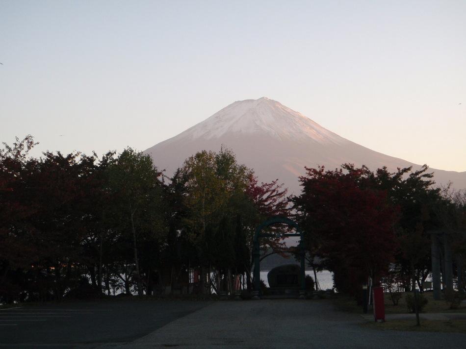 秋、河口湖畔からの富士山