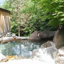 【露天岩風呂】森林浴で開放感のあるお風呂。
