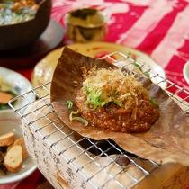 自家製の朴葉味噌などほっこり素朴な和朝食。