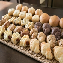 日替わりで数種類から選べる焼き立てパン