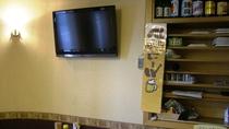 食堂には大型液晶テレビがございます。