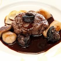 【フレンチ】牛フィレ肉のステーキ 赤ワイン風 一例