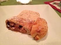 自家製パイと長野産りんごのステューデル<自家製アップルパイ>草津産花豆のセミフレット添え