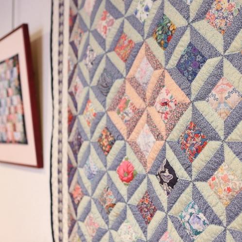 大きなパッチワーク作品や、絵画などが館内に飾られております。