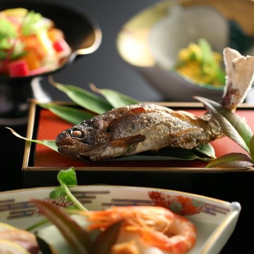 夕食には信州の食材をはじめ、季節の厳選素材でご用意いたします。