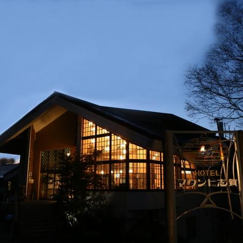 夜の外観 温かみのある光が我が家のように迎えます。