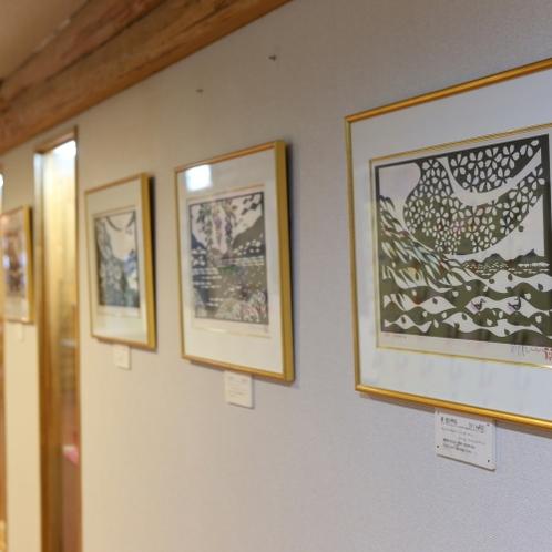 館内にはいたるところに絵画やアート作品が飾られております。