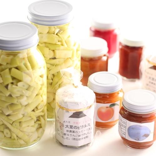 売店では、当館手作りの商品も並びます。ジャムやネマガリダケは信州土産に好評です。