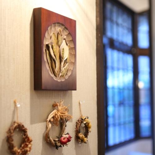 ホテル内には、ウッドクラフトやパッチワークアート、絵画などが飾られております。