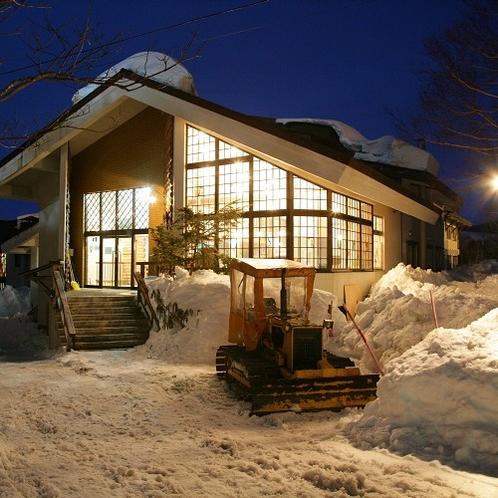雪の日の外観 窓からこぼれる灯りが温かくお客様をお迎えいたします。