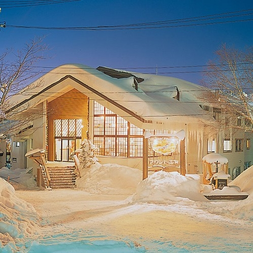 夕暮れの外観 雪にすっぽり覆われて絵本の中のような風景です。