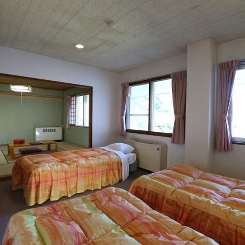 和洋室はベッドルームと10畳和室で広々お使い頂けます。