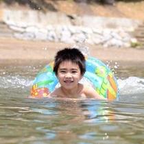 少年と浮き輪