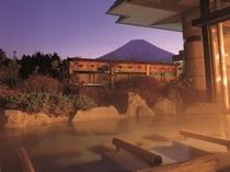 赤富士露天風呂(ご婦人)幻想的な夜の富士山と向かい会う