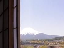 お部屋の窓から望む富士山