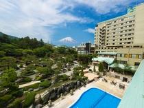 富士の麓に佇む和風旅館(庭園側外観)/2万千坪の癒しの空間