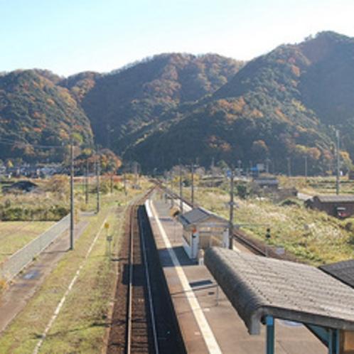 いつもは閑散とした「JR佐津駅」も、山々の紅葉が深まり・・・