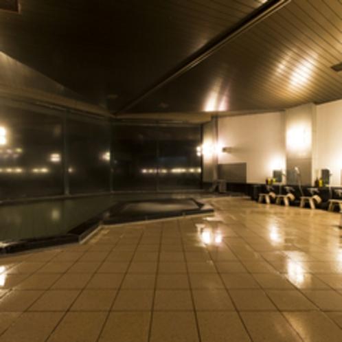 【鎌倉の湯】内湯 窓いっぱいに美しい海景色が広がり、大海原に湯浴みする心地で心も体も癒されます。