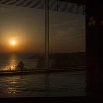 【温泉/大浴場】内湯「桃山の湯」大理石を配したきらびやかな造り。(夜は女性用、朝は男性)