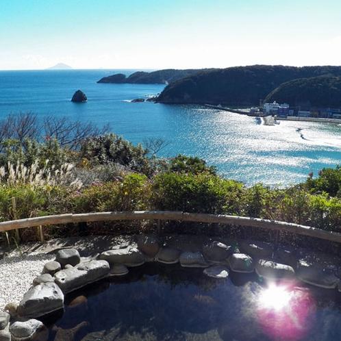 【洛東の湯】大浴場「桃山」に隣接する露天風呂で、外浦の美しい景色をひとり占めできます。